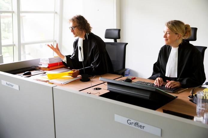 Een rechter en een griffier aan het werk in de rechtbank van Utrecht.