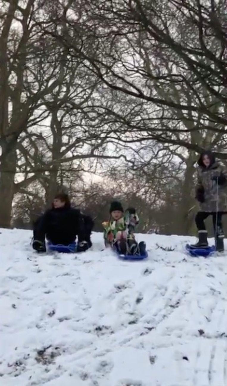 De kinderen van David en Victoria Beckham amuseren zich te pletter.