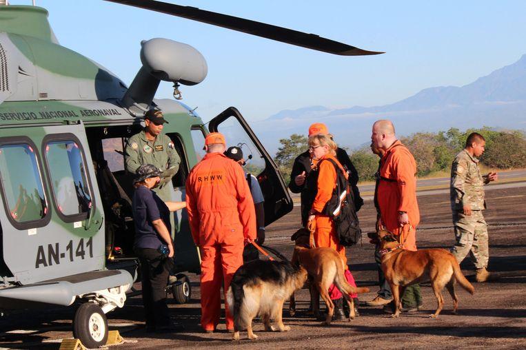 Een team met speurhonden en begeleiders uit Nederland was in januari in Panama op zoek naar meer informatie over de doodsoorzaak van de meisjes Lisanne Froon en Kris Kremers. Beeld epa