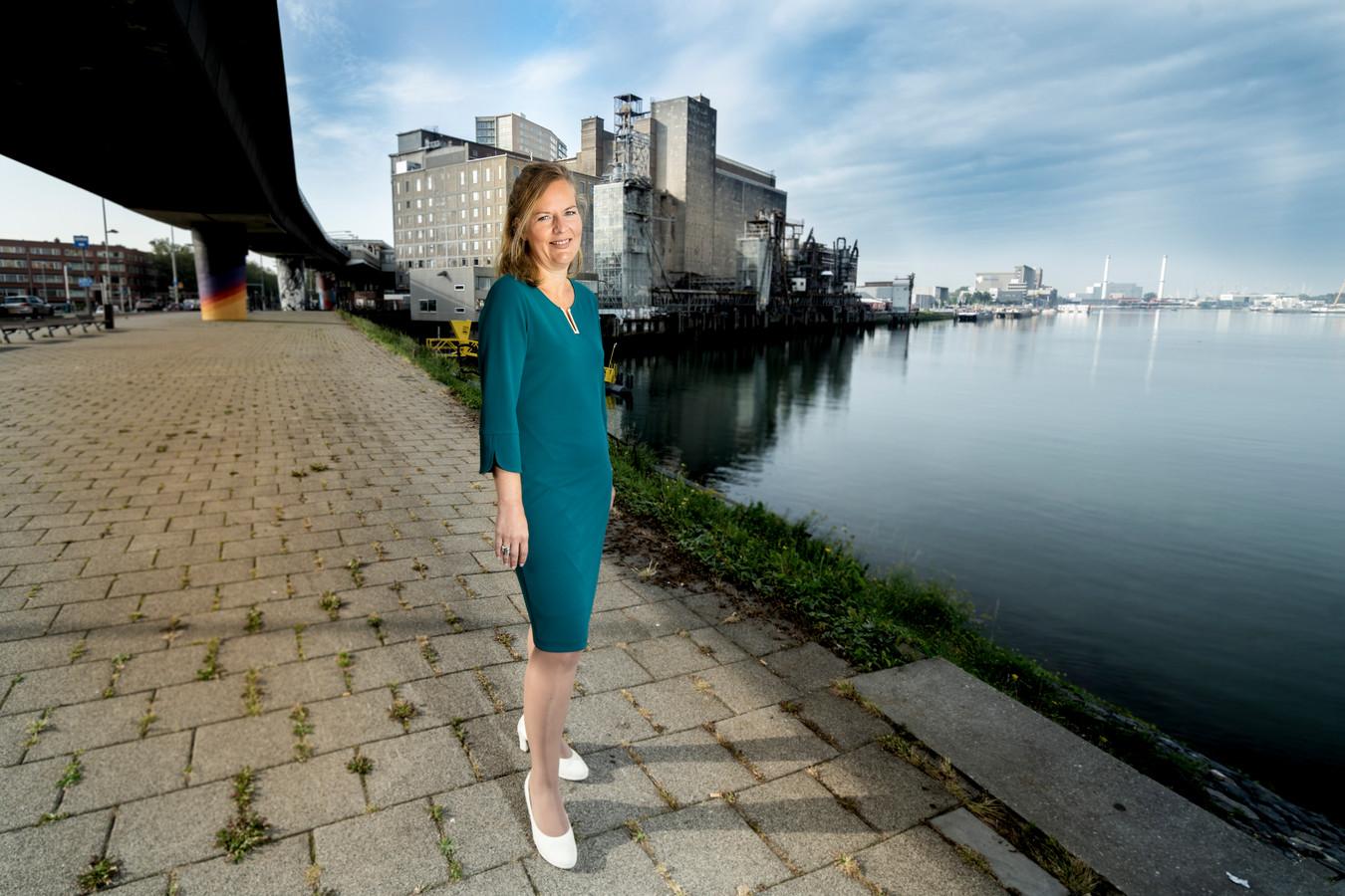 Debbie Maas, bestuurder Veilig Thuis Rotterdam Rijnmond, verwacht dat het aantal meldingen van huiselijk geweld gaat toenemen.