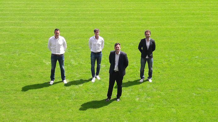 Dennis de Nooijer (tweede van links) tijdens de presentatie bij KSV Roeselare in juli. Links van hem keeperstrainer Virgil de Windt, rechts hoofdtrainer Karel Fraeye (vooraan) en assistent-trainer Jamaïque Vandamme.