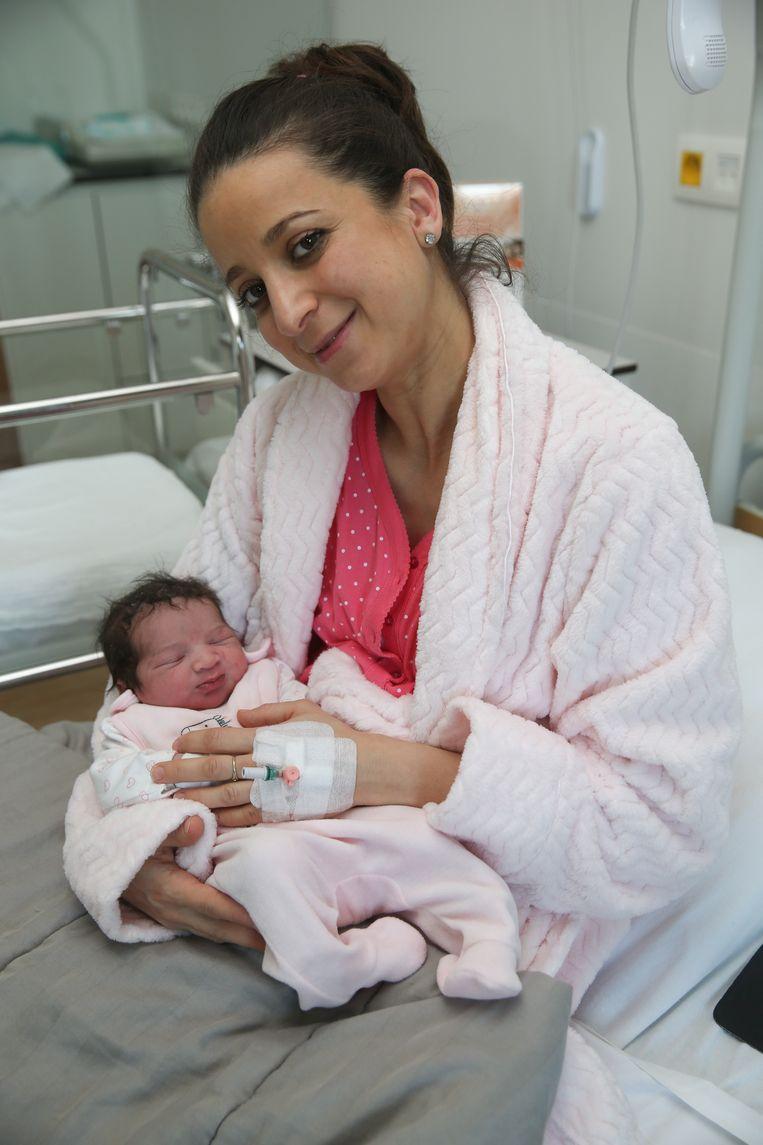 Moeder Hasna met haar pasgeboren dochtertje Mouna in de materniteit van Jan Palfijn.