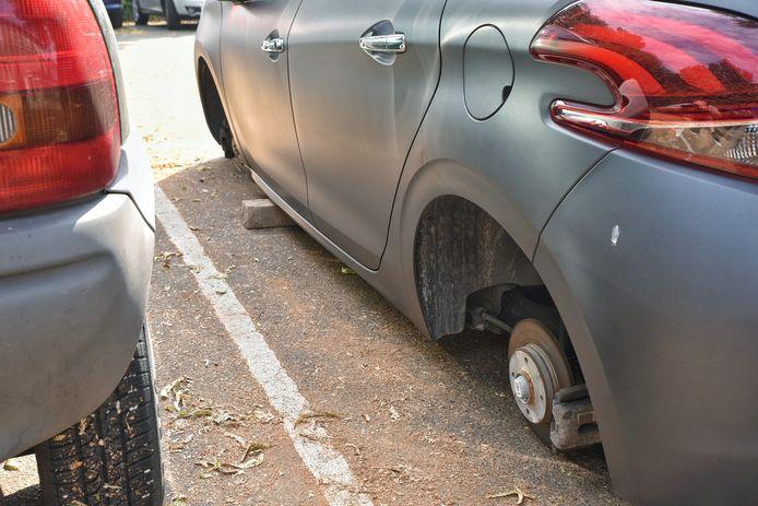 De auto werd na de diefstal door de daders op bakstenen gezet.