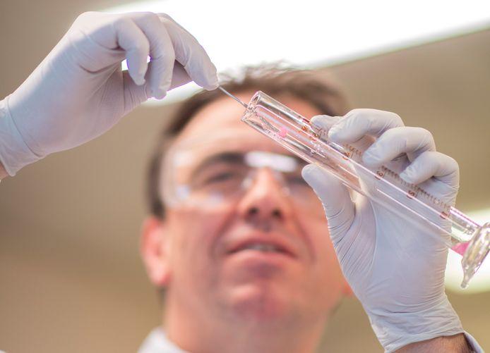 Frank Nijsen, wetenschappelijk directeur van Quirem Medical in Deventer en verbonden aan Radboudumc, is mede-ontdekker van kleine radioactieve bolletjes tegen kanker.