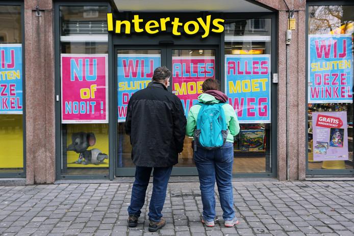Opheffingsuitverkoop Intertoys vanwege het faillissement. De eerste koopjesjagers bij de vestiging op de Grote Markt.