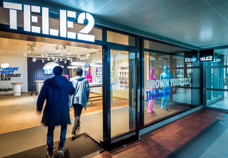 Klanten betreden een winkel van telecomaanbieder Tele2.