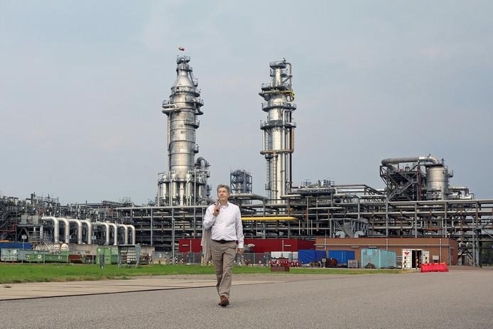 Directeur Shell Moerdijk Paul Buijsingh (58) neemt afscheid na een pittige periode. Hier wandelt hij weg bij de compleet vernnieuwe MSPO, de fabriek die twee dagen na zijn aantreden voor honderden miljoenen euro's beschadigd raakte na een explosie en brand. Foto Johan Wouters / Pix4Profs