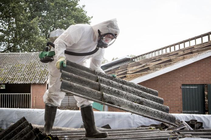 Sanering van daken met asbestgolfplaten op een boerderij. Berkelland gaat behalve sloop van grotere bouwwerken nu ook die van kleinere schuren ondersteunen.