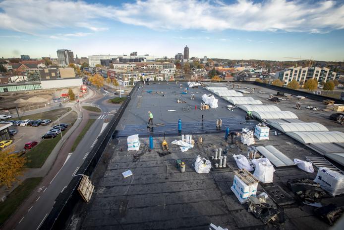 Niet alleen vanwege het fascinerende uitzicht over de stad is het een bijzondere klus voor de dakdekkers van Boll Dakmanagement.