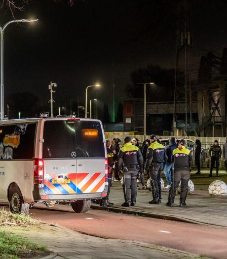 Harde kern Willem II houdt op meerdere plekken de wacht in Tilburg: 'Dit is onze stad en die laten we niet vernielen'