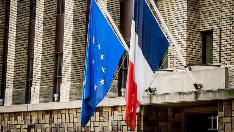 De Franse en Europese vlag hangen halfstok bij de Franse ambassade in Den Haag ter nagedachtenis van de slachtoffers van de aanslag in Nice. Beeld anp