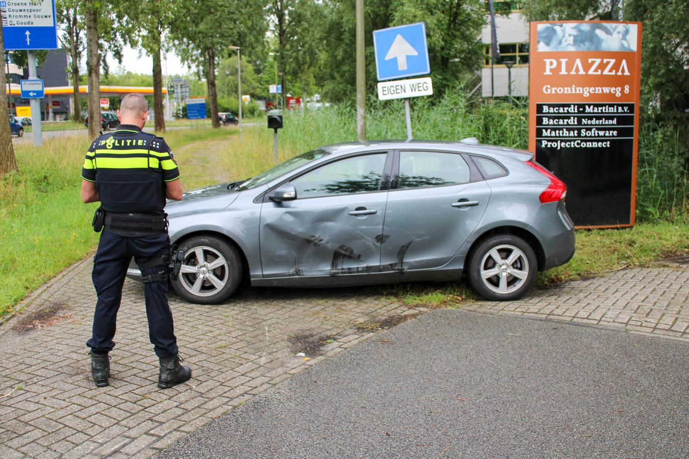Op de Goudse Poort in Gouda heeft de politie al rammend een voertuig tot stilstand gebracht. De bestuurder had een vuurwapen bij zich.