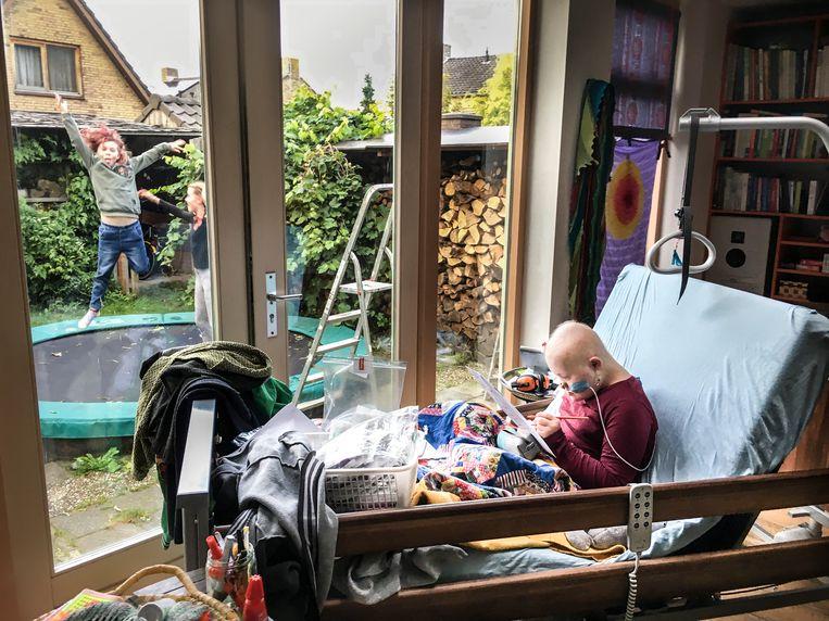 De zieke Flynn (14) heeft thuis een bed voor het raam gekregen. Tien maanden geleden kreeg het gezin Verheijden te horen dat Flynn acute lymfatische leukemie heeft. Beeld Koen Verheijden