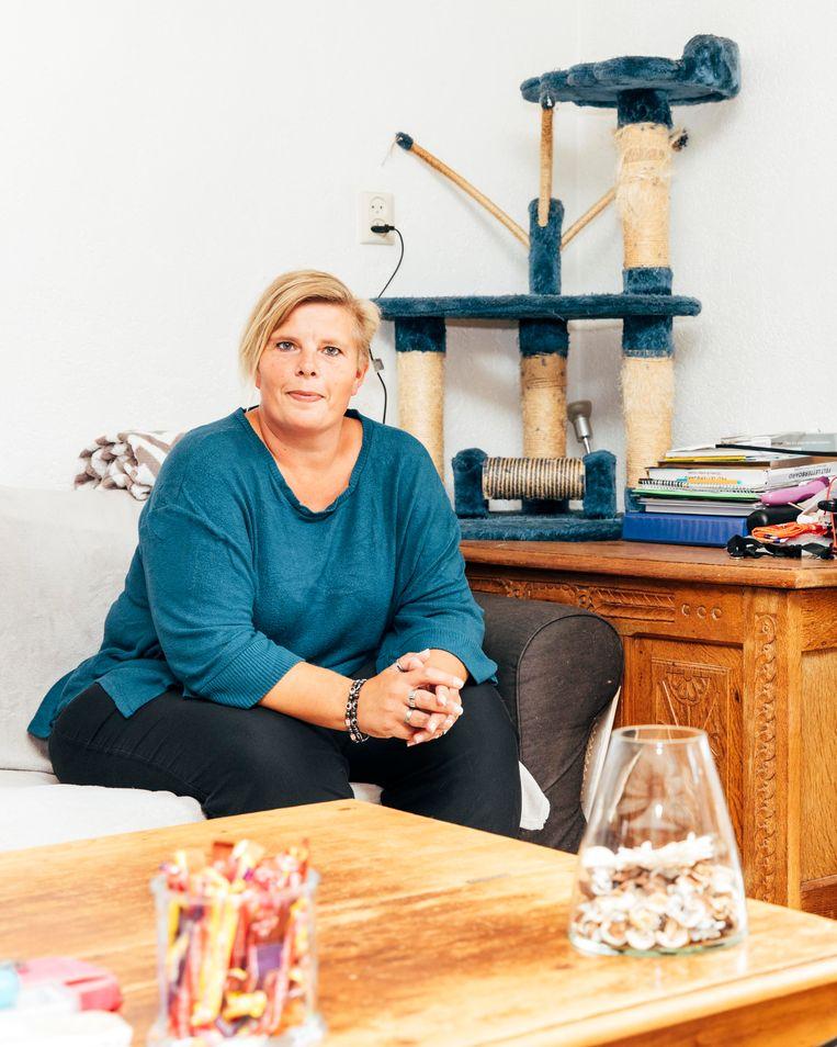 Nancy Kessens heeft schulden en is blij dat ze nu een bewindvoerder heeft: 'Ik krijg geen dreigmails van deurwaarders of herinneringen van schuldeisers meer, daar zitten echte aasgieren tussen'. Beeld Rebecca Fertinel