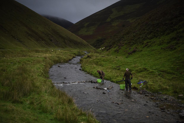 Amateur goudzoekers slaan hun slag bij de Mennock Water bij Wanlockhead in Schotland.