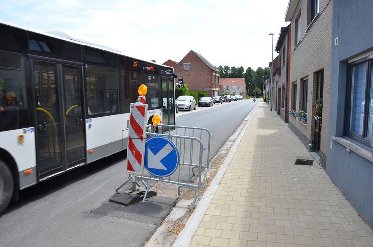 In de Korte Damstraat waarschuwen signalisatieborden voor een verzakt riooldeksel. Ook de belijning ontbreekt in de straat.