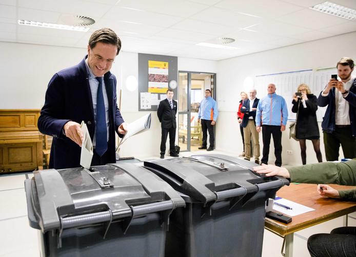 Minister-president Mark Rutte brengt zijn stem voor de Provinciale Statenverkiezingen en Waterschappen uit in Basisschool Wolters.