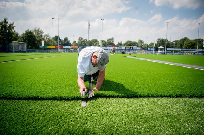 In 2017 kwamen er nieuwe kunstgrasvelden bij Sportclub Woezik. Daarop liggen 'veilige'kunstgraskorrels die de bodem, voor zover bekend, niet vervuilen.