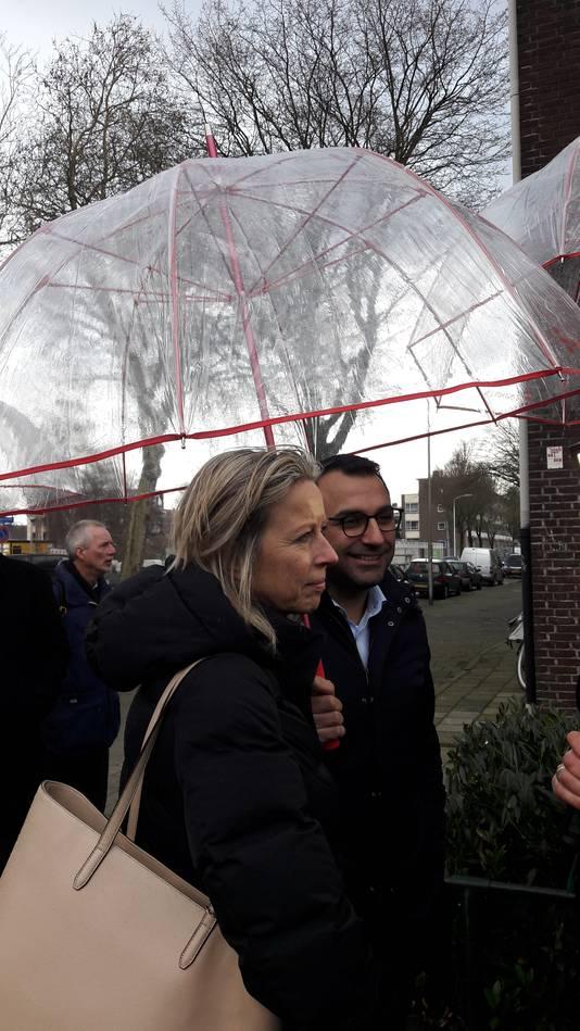 Minister Kajsa Ollongren (links) bracht - na het tekenen van de Woondeal - een werkbezoek aan de wijk Limbeek in Eindhoven, met wethouder Yasin Torunoglu (rechts).