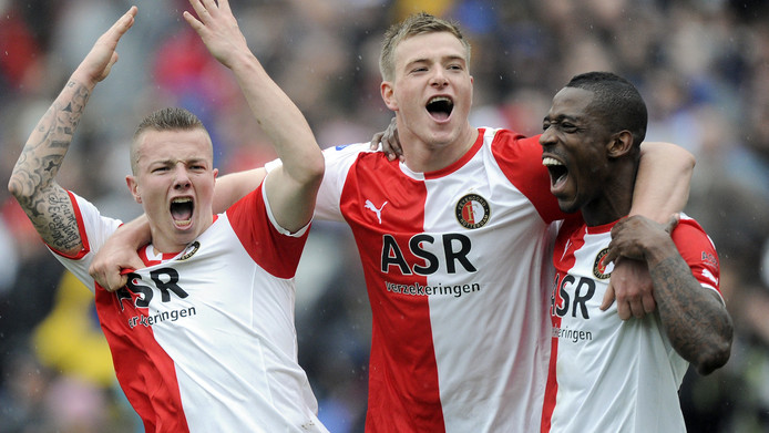 John Guidetti (m) viert feest met de Feyenoorders Jordy Clasie en Ruben Schaken.