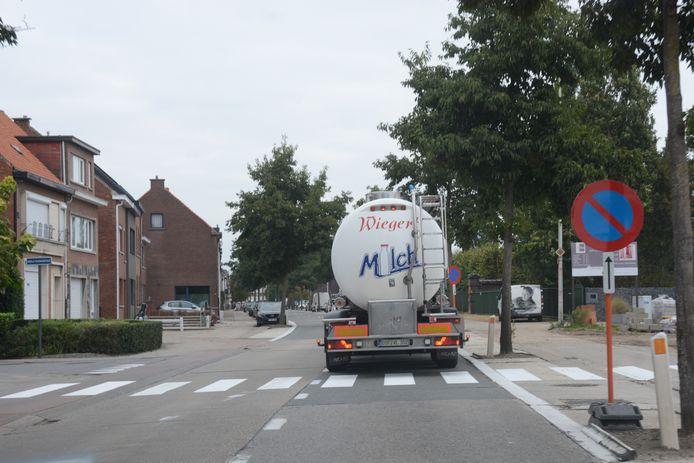 Het zebrapad in de Bazelstraat was pas vorige week aangebracht maar niet op de juiste plaats.
