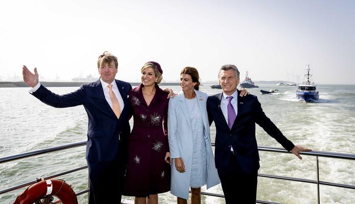 Koning Willem-Alexander, koningin Máxima en de Argentijnse president Mauricio Macri en diens vrouw Juliana Awada in de Rotterdamse haven.