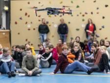 Leerlingen in Goor leren vliegen met deels zelfgemaakte drones