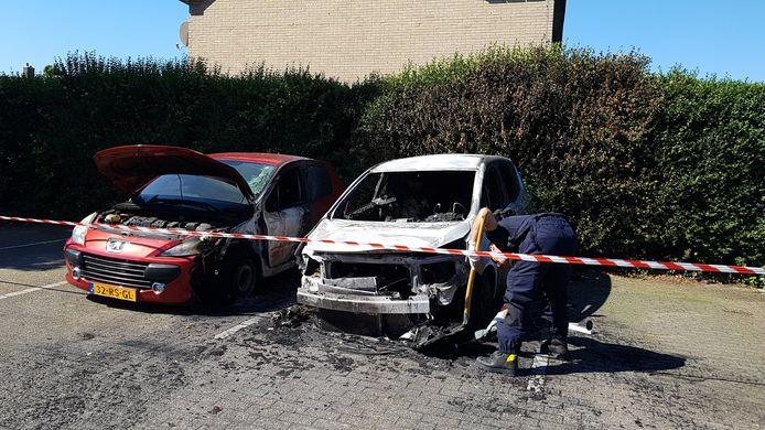 De technische recherche onderzoekt de uitgebrande auto's in Wezep.