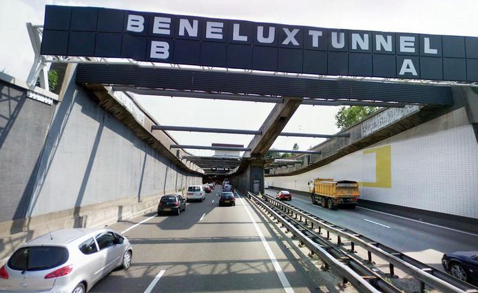 Vrachtwagens mogen voortaan door beide tunnelbuizen van de Beneluxtunnel.