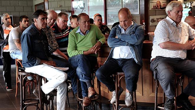 Bedrukte gezichten tijdens de buitengewone ledenvergadering van sc Amstelwijck. Zo'n tachtig leden hoorden dat het gedaan is met het voetbal bij de club.