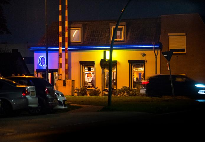 Coffeeshop De Steeg aan het Rietveld in Woerden. De alcohol- en drugscontrole vond plaats op de rotonde bij winkelcentrum Tournoysveld, in de nabijheid van de coffeeshop, die op de avond van de controle overigens gesloten was.