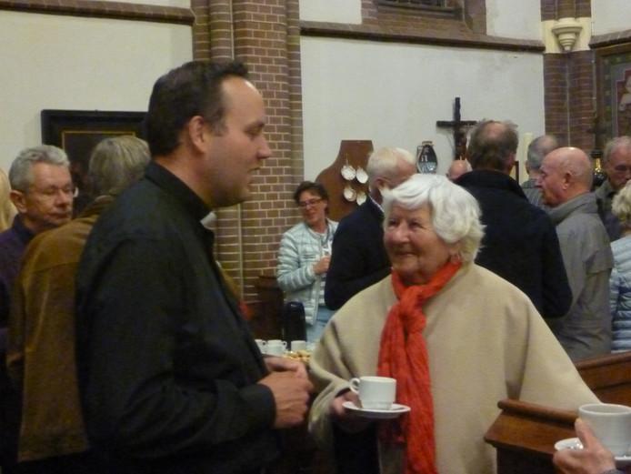 De nieuwe kapelaan had heel wat handen te schudden.