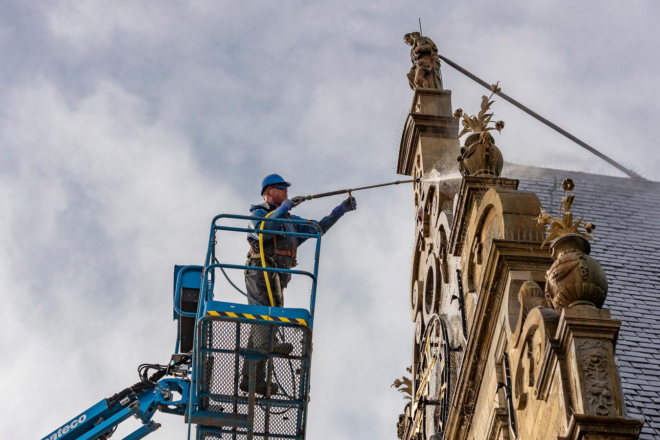 Een van de opdrachten vanuit de Stichting Monumenten is de jaarlijkse schoonmaakbeurt van het oude Stadhuis van Brouwershaven.