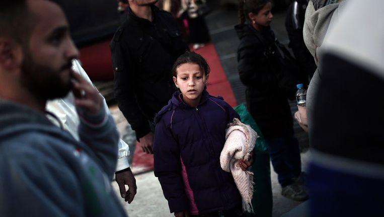Een gevlucht kind komt via Lesbos aan in de Griekse haven Pireaus. Beeld afp