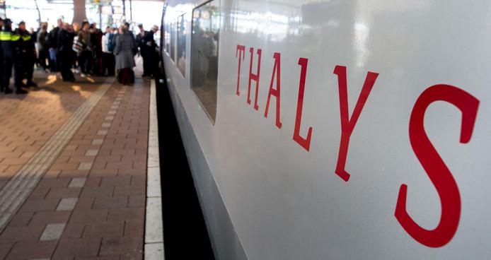 Passagiers stappen in een Thalys-trein naar Parijs.