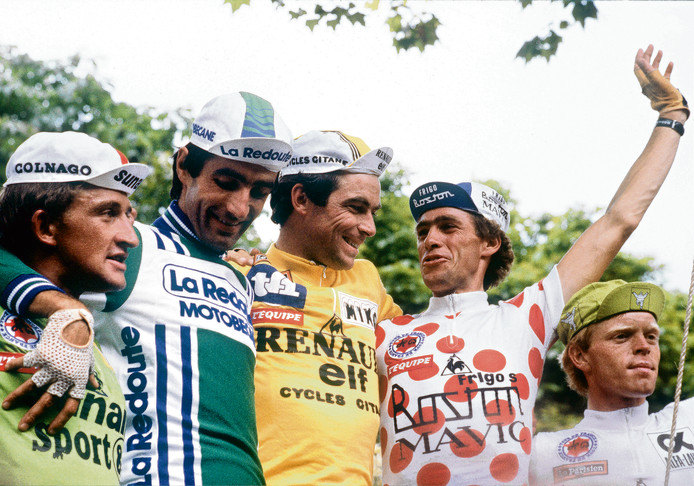 Bernard Hinault in de gele trui op het podium van de Tour in 1981. Helemaal rechts Peter Winnen als beste jongere in de witte trui.