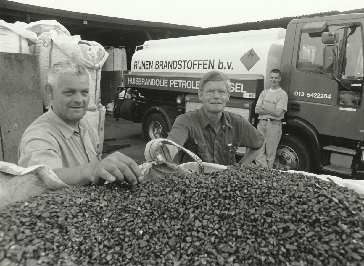 De broers Toon en Piet Rijnen, met op de achtergrond Henry, zoon van Toon. Piet Rijnen overleed in 2016. De foto is gemaakt op het oude bedrijfsterrein aan de Bisschop Janssensstraat.