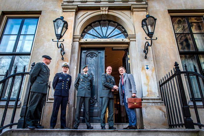 Burgemeester van Oudewater Pieter Verhoeve (rechts) ruilt voor één dag van baan met generaal Hans Damen en wordt ontvangen door de plaatsvervangend commandant der strijdkrachten.