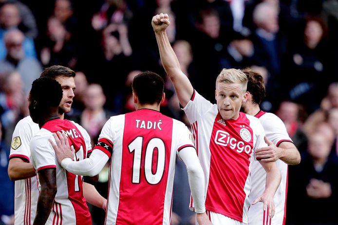Van links naar rechts: Joël Veltman, Quincy Promes, Dusan Tadić, Donny van de Beek en Daley Blind vieren een treffer tegen FC Utrecht.