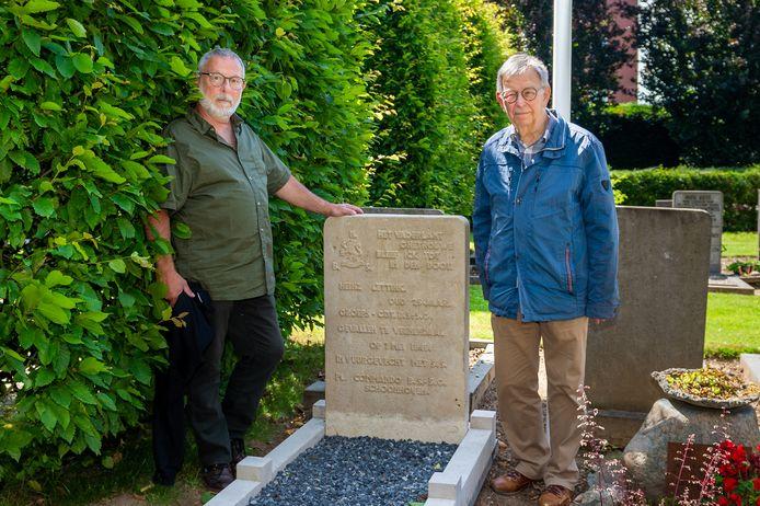 Schrijver Hans Korevaar (rechts) en Schoonhovenaar Otto Ooms poseren bij het graf van de in 1945 bij Ede gesneuvelde militair Heinz Lettink op de begraafplaats te Schoonhoven.