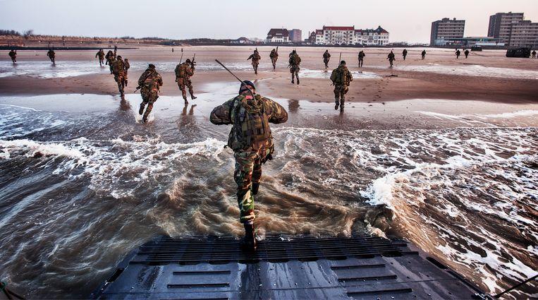 Mariniers oefenen in mei 2018 op het strand van Vlissingen, waar een nieuwe kazerne zou komen. Dat plan gaat nu definitief niet door. Beeld Raymond Rutting