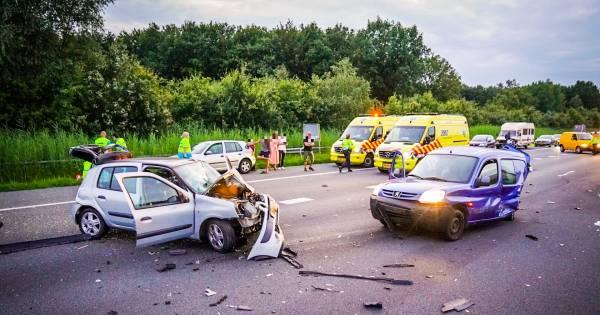 Twee gewonden bij heftig ongeluk met vier autos op A50 bij Son en Breugel, baby blijft ongedeerd.