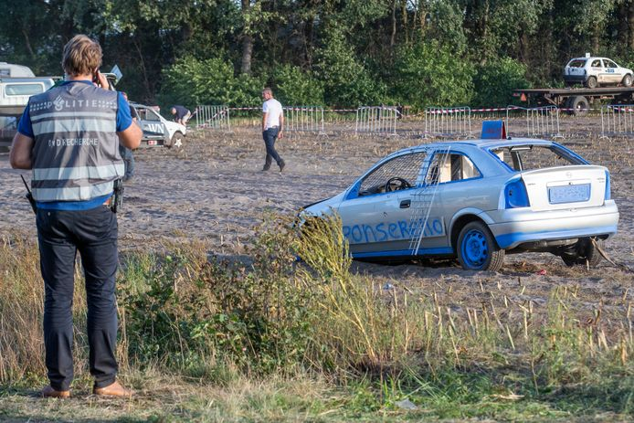 Auto rijdt publiek binnen tijdens cross Leende