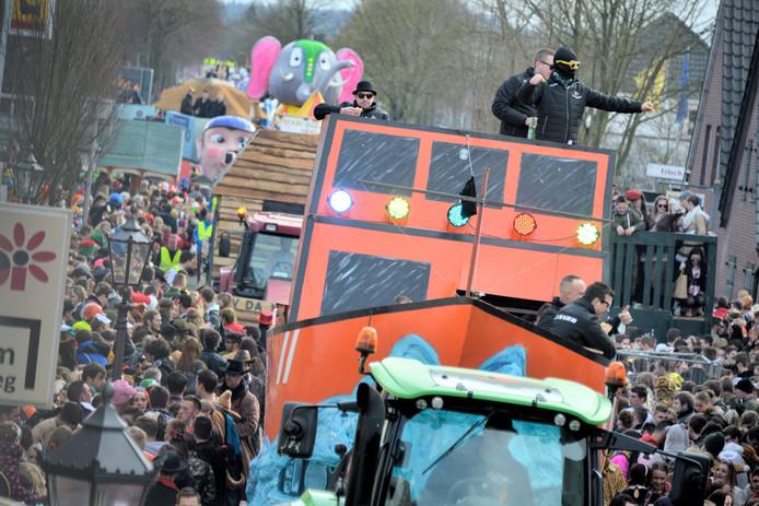 De carnavalsoptocht in het Duitse Kranenburg trekt ook altijd veel bezoek uit Nederland.  Archieffoto Flip Franssen