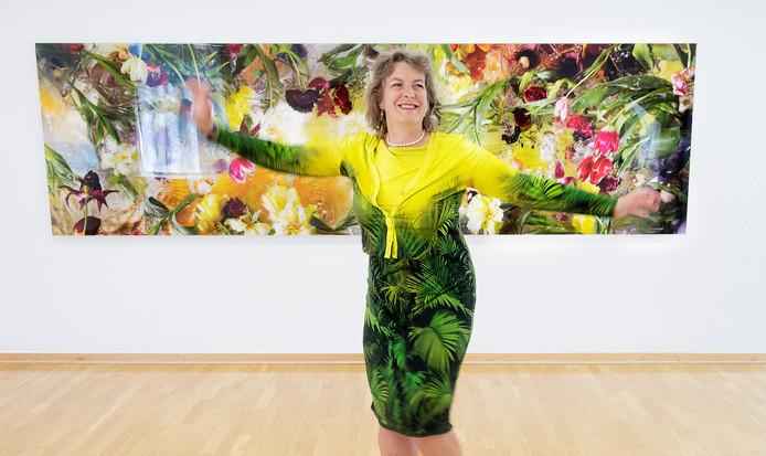 Margriet Smulders bij haar expositie in Kranenburg.
