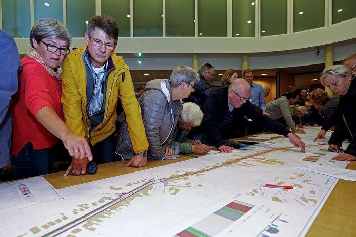 Gebogen over lange tafels kon het publiek destijds meedenken over de herinrichting van de doorgaande route door Oudenbosch.
