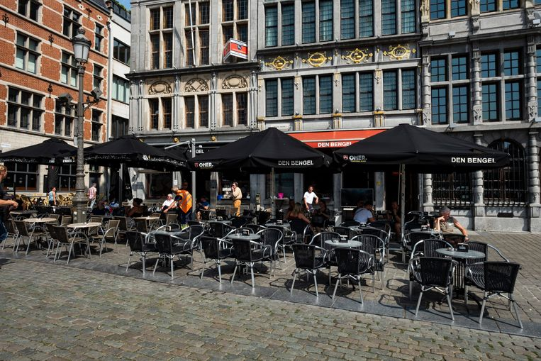 Lege terrassen op de Grote Markt tijdens de warmste dag.