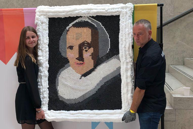 Naomi Donkers (16) levert haar werk in bij het Rijksmuseum.  Beeld Rutger Pontzen