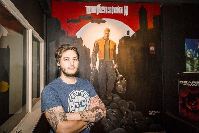 Mathew Dawn in café Comic Sans bij de muurschildering van Wolfenstein II.