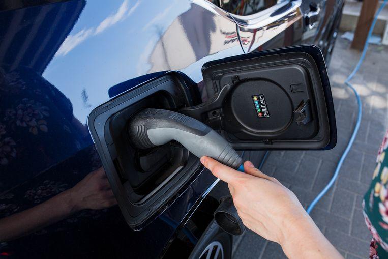 Opladen van een elektrische auto.